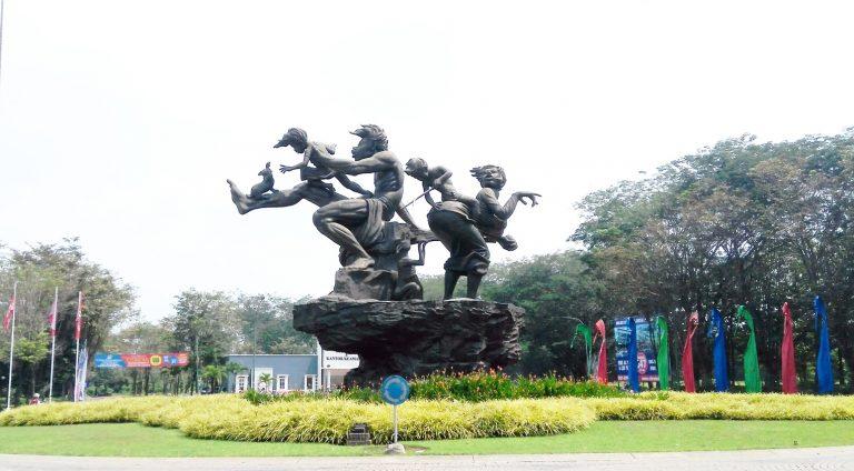 Patung Keluarga Bahagia entrance gate Citra Indah City Rumah Cibubur Cileungsi Jonggol Ciputra Grup